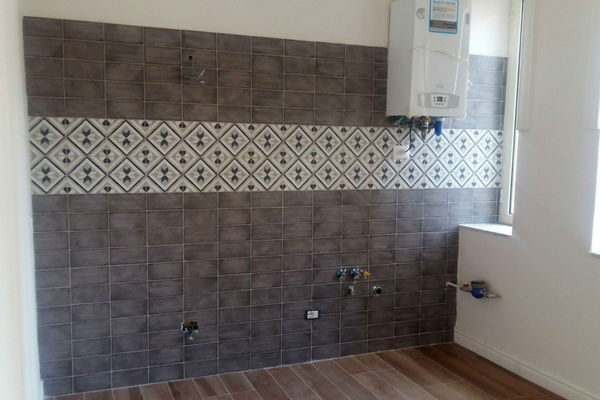 parete cucina con rivestimento effetto maioliche