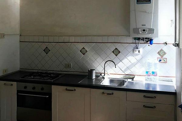 cucina con lavello piano cottura e forno