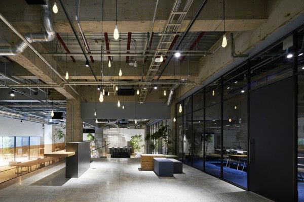 casa magazzino pavimento effetto cemento tubazioni a vista