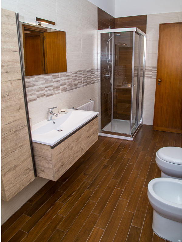 mobile bagno in legno chiaro box doccia angolare