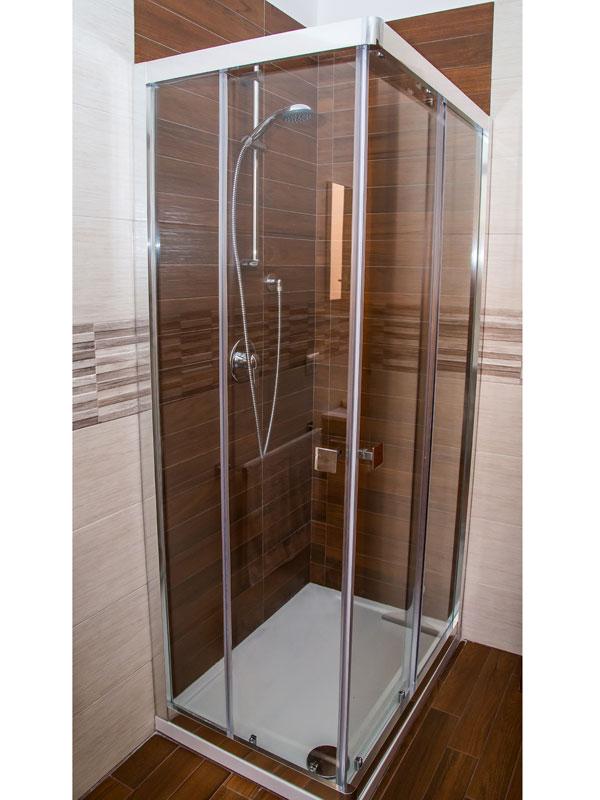 box doccia angolare con porte scorrevoli in cristallo temperato