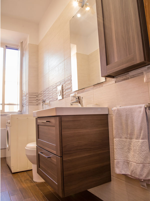 bagno piccolo con lavatrice, mobile bagno con cassettoni
