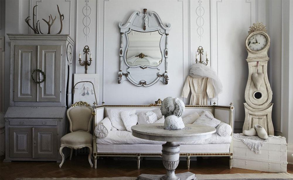 piccolo salotto con divano bianco tavolino in marmo e orologio a pendolo shabby