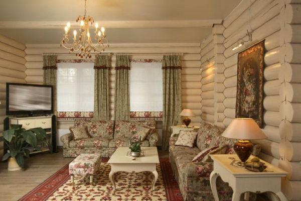 cottage in legno con assi a vista, divani in fantasia floreale