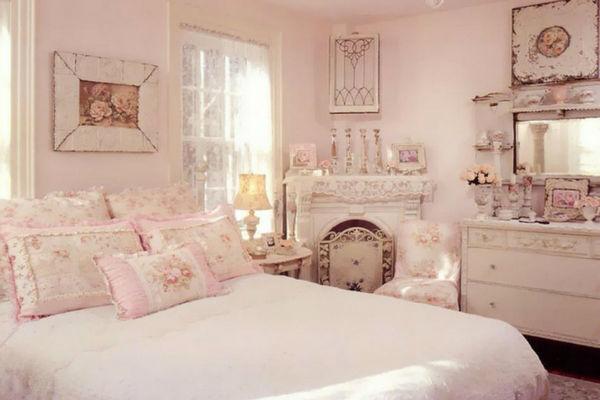 camera da letto shabby chic con complementi arredo e cuscini rosa