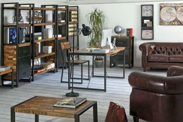 ufficio con divani in pelle marrone libreria e scrivania in legno e ferro