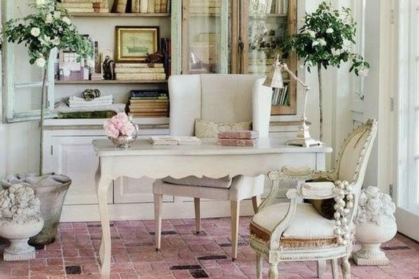 ufficio mobili chiari in legno e piante di rose