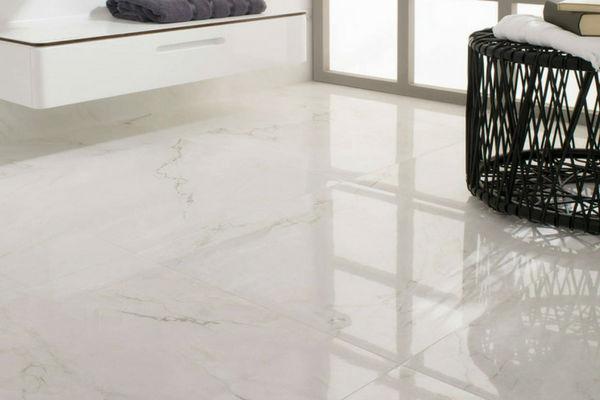 pavimento in marmo bianco lucidato specchio