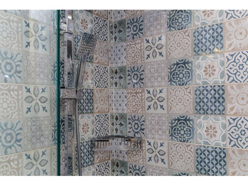 doccia rivestita con piastrelle effetto maioliche, saliscendi e soffione effetto cromo