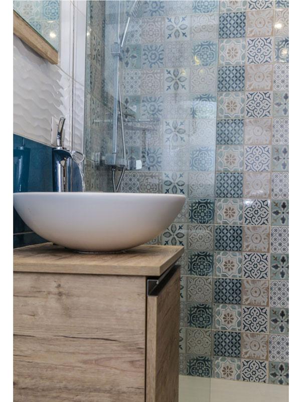 doccia a vista rivestita con piastrelle a fantasia effetto maioliche