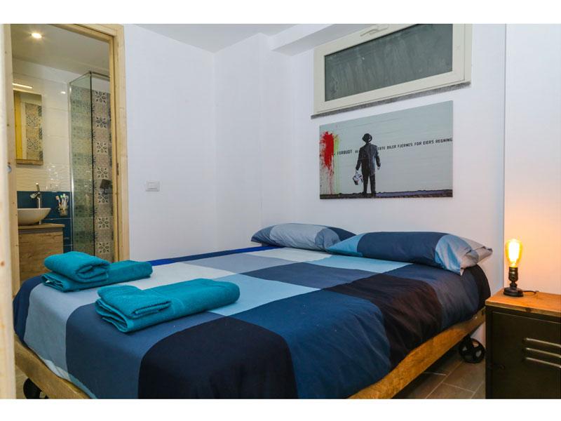 camera da letto, con bagno annesso, arredato in stile industrial