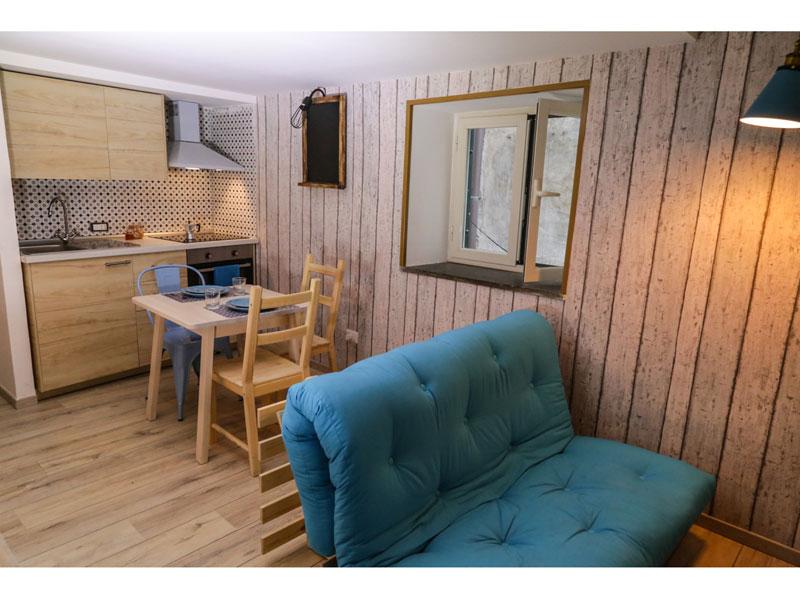 Piccola Cucina a vista rivestimenti in maiolica complementi d'arredo in legno