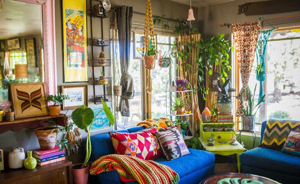 salotto con arredamento e divani colorati arrichito da piante