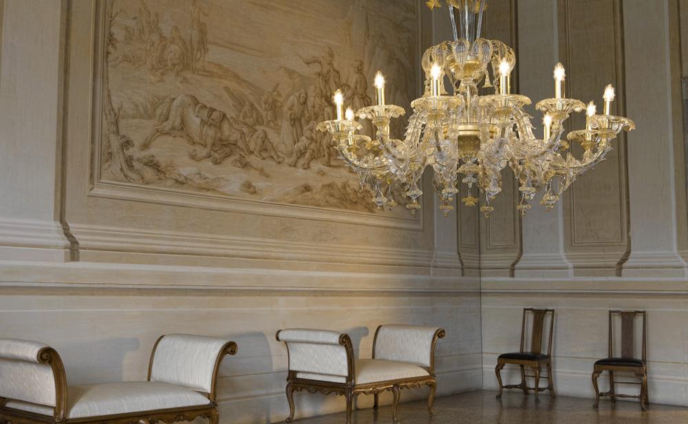 Raffinato Salone con affreschi e lampadario in vetro di murano