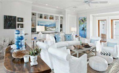 Salone comfort con divani bianche e complementi d'arredo colore azzurro e blu