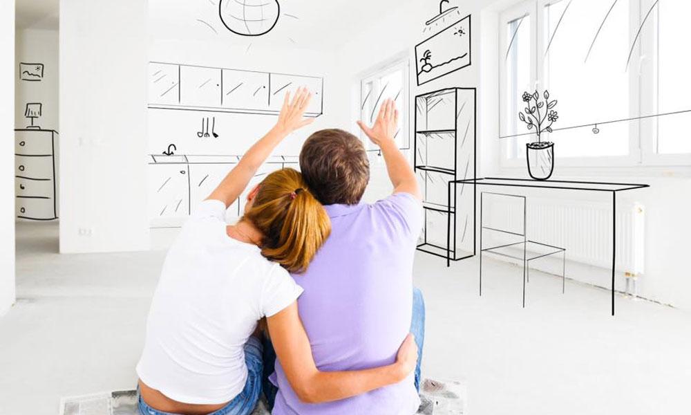 coppia giovane immagina come arredare la casa