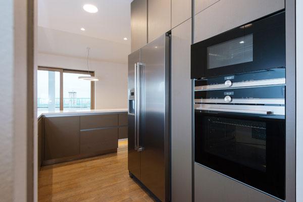 cucina con frigo e forno in acciaio