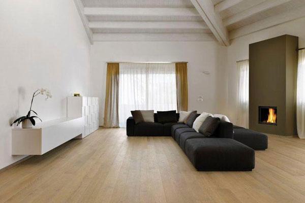 divano in tessuto blu, parquet in legno, camino
