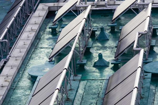 tetto di edificio con impianto fotovoltaico