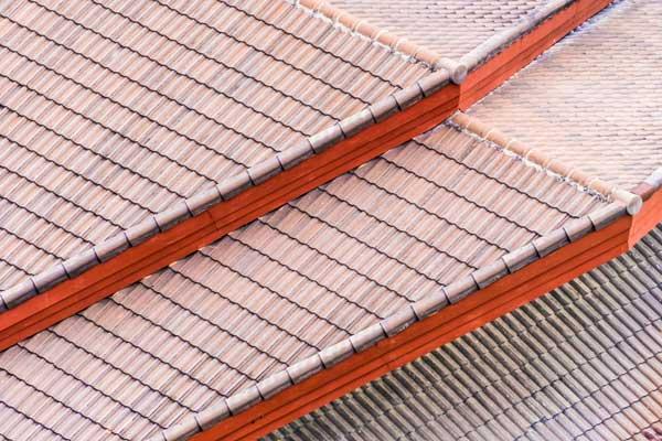 tetto spiovente con tegole in terracotta
