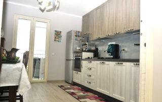 Cucina lineare effetto legno con elettrodomestici