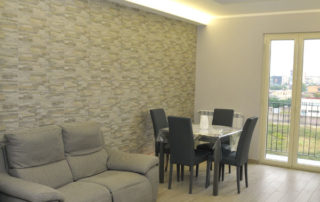 Salone living con divano e tavolo da pranzo