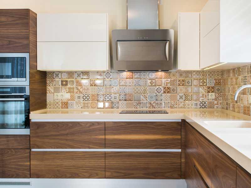 Vista di una cucina ad angolo dai colori sabbia e legno