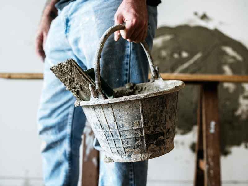 Operaio trasporta gli attrezzi da lavoro in cantiere.