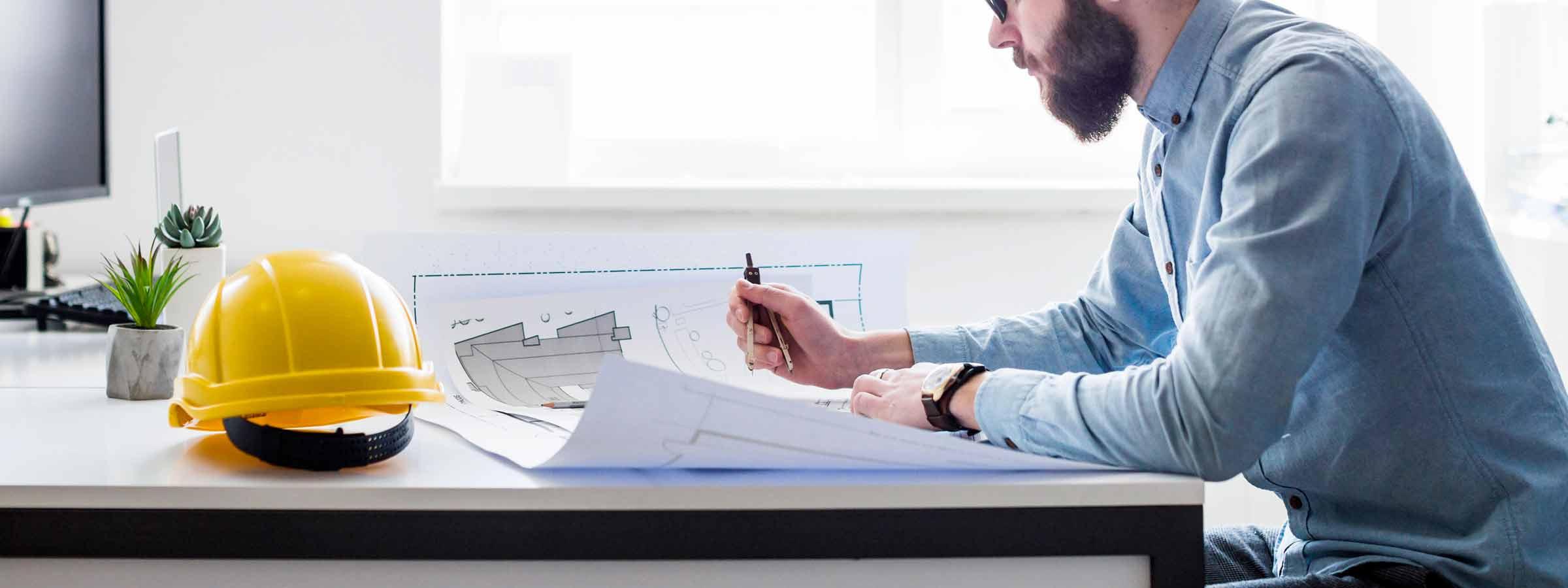 Architetto all'opera metre prepara i documenti per la CILA