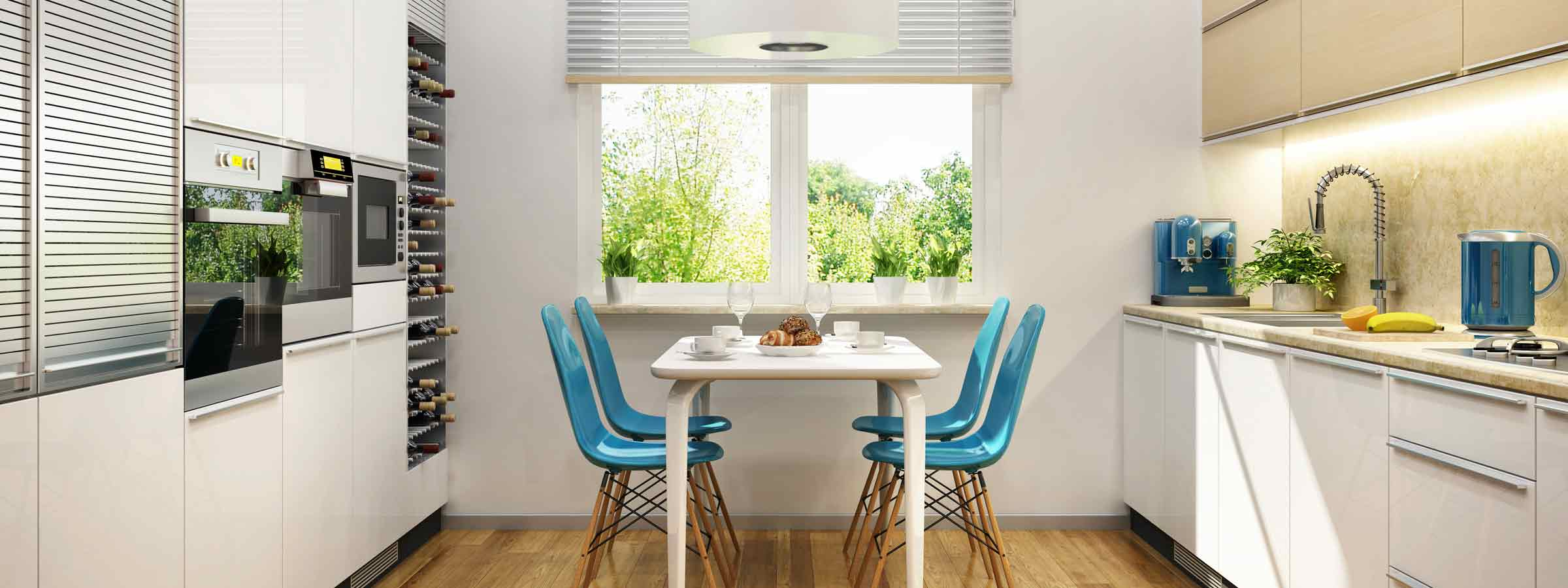 Cucina con doppia parete e tavolo al centro con deliziose sedie azzure che contrastano con il colore neutro del mobilio.