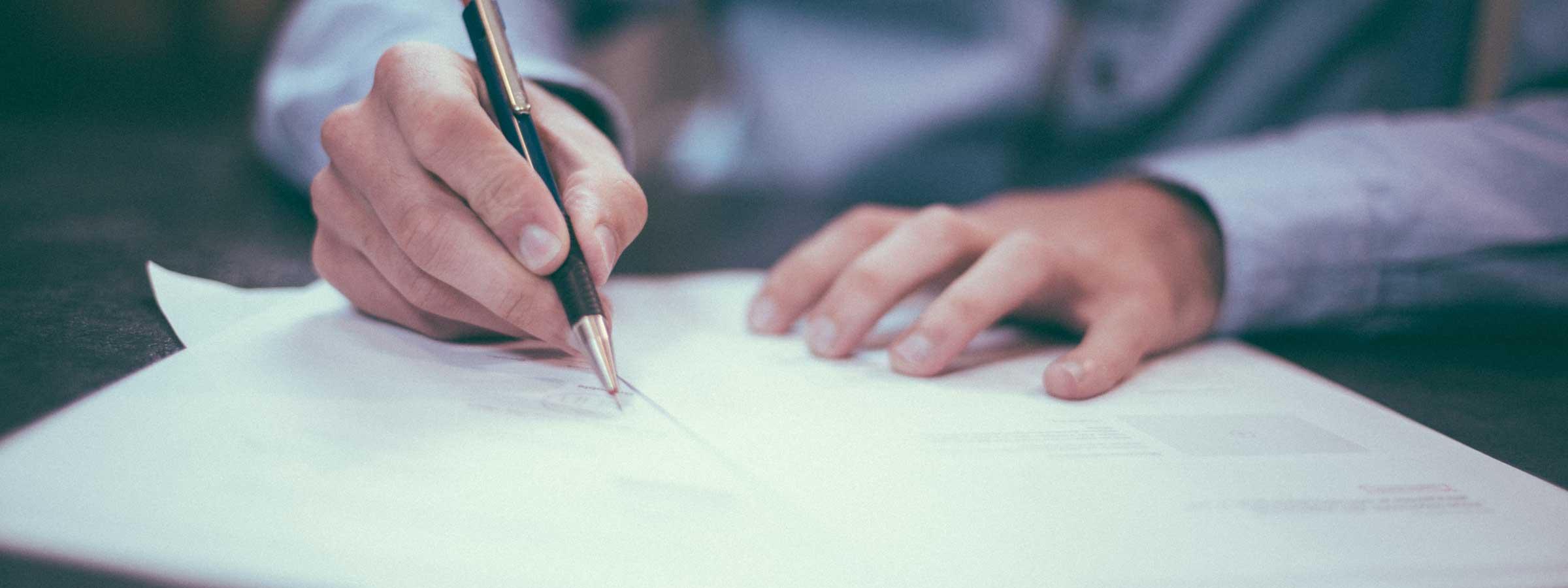 Addetto del comune appone una firma sui documenti necessari alle ristrutturazioni edilizie