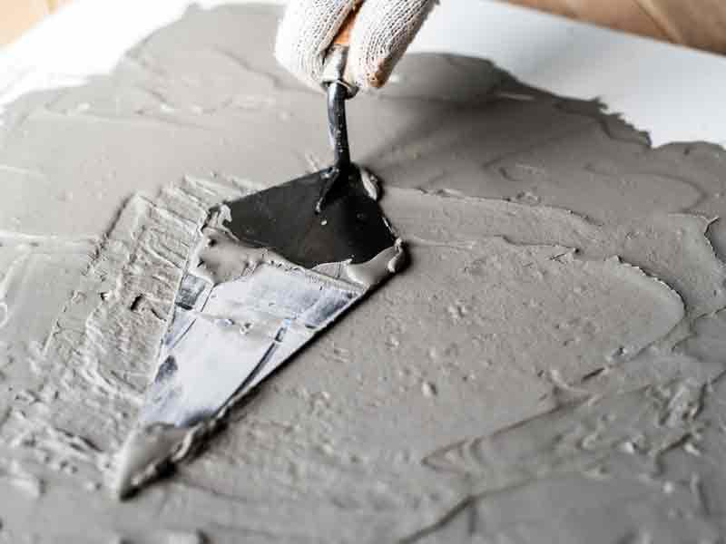 Visuale della stesura del cemento su una superfice