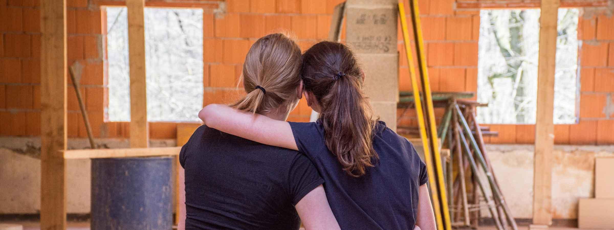 Mamma e figlia ammirano i lavori di ristrutturazione della propria casa