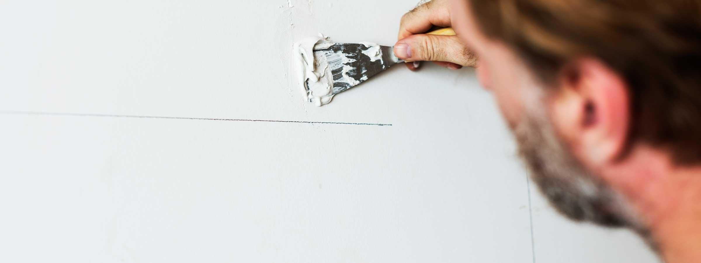 Operaio intento nelle opere di finitura durante una ristrutturazione
