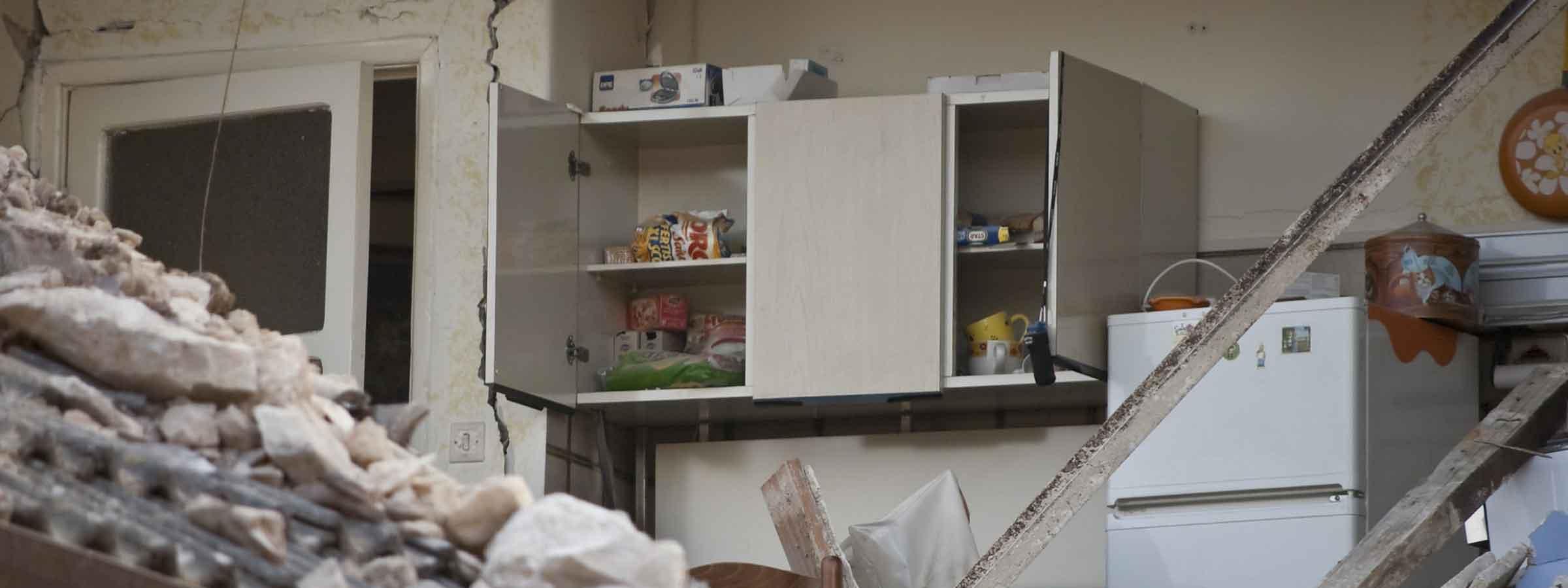 Vista di una cucina di una casa devastata da un terremoto