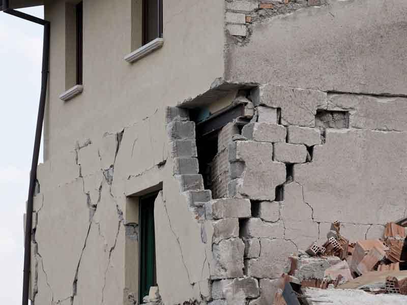 Facciata di un palazzo devastata da scosse telluriche