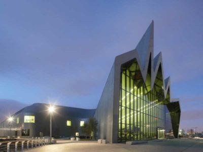 Vista esterna del Riverside Museum of Transport progettato da Zaha Hadid