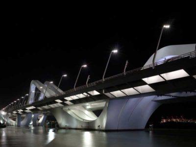 Vista dal basso dell' Sheikh Zayed Bridge progettato dall'architetto Zaha Hadid