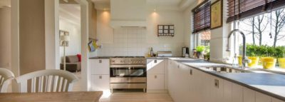 Vista frontale di una cucina ad angolo bianca