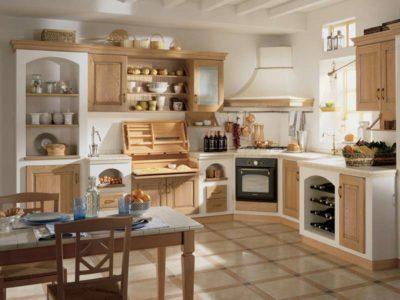 Vista frontale di una cucina in stile rustico con tonalità dii legno chiare e finiture in bianco