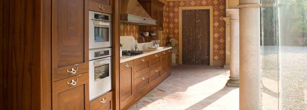 Vista laterale di una bellissima cucina rustica