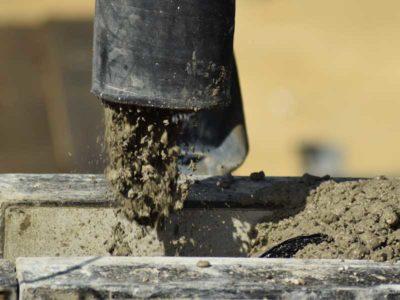 miscelatore di calce in funzione durante un opera edile