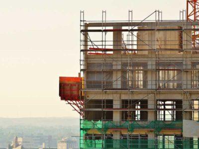 Edificio in costruzione con impalcature