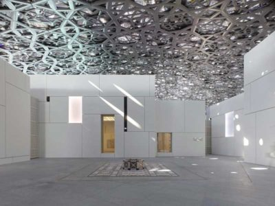 Vista interna dell'esposizione del museo Louvre di Abu Dhabi