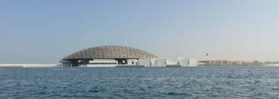 Vista dal mare del Louvre di Abu Dhabi
