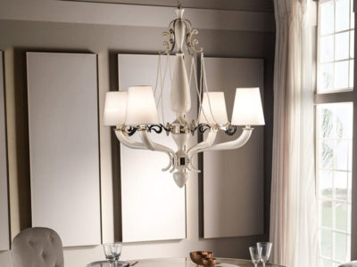 Vista di un bellissimo lampadario classico