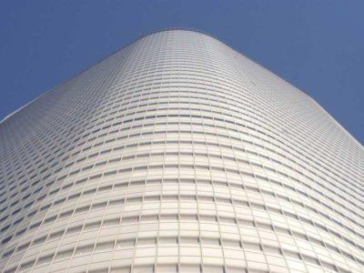 Vista dal basso della Dentsu Tower di Tokio, progettata da Jean Nouvel