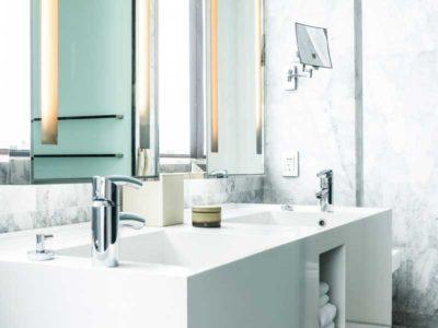 Vista di un lavandino di un bagno con portasapone e specchio