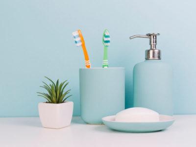 Vista frontale di portaspazolino e dispenser di sapone per il bagno