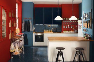 Vista frontale di una cucina color black di IKEA